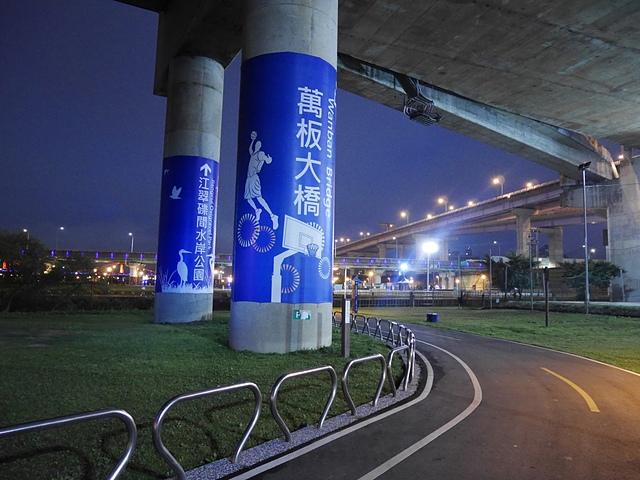 02萬板大橋下的籃球場.jpg - 陽光橋