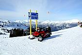 滑雪勝地惠斯勒:惠斯勒山頂上的雪地摩托車