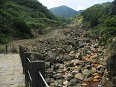 冷水大山、大尖後山:04佈滿大小石頭的溪谷顯得猙獰難以親近,崩塌的邊坡至今仍無法通行。.jpg