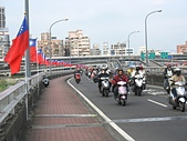 大漢溪河濱單車道:01飃揚在台北大橋上的旗海.jpg