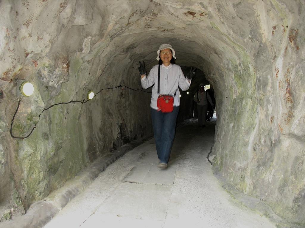 基隆嶼之遊:28穿過小型隧道.jpg