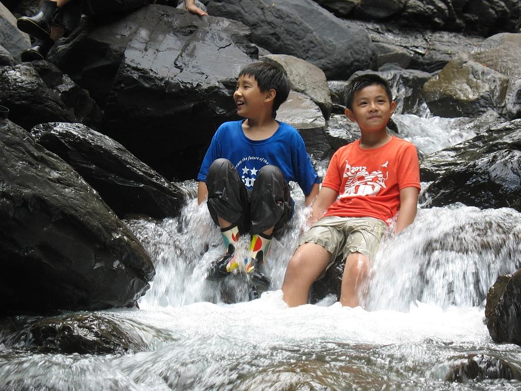 熊空溯中坑溪訪姐妹瀑布:16直接坐在溪瀑上樂開懷的一對小兄弟.jpg