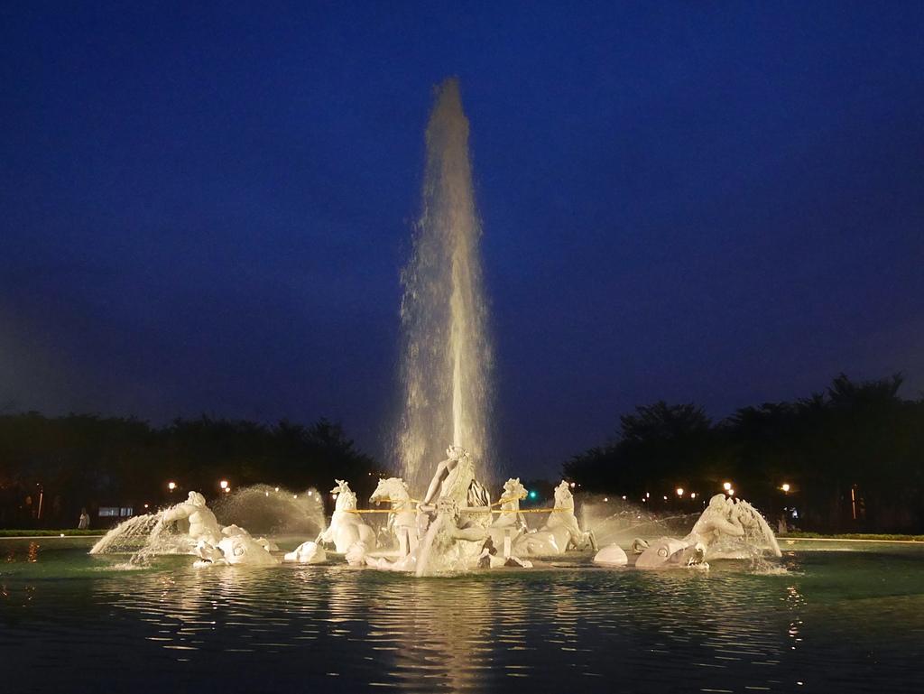 22奇美博物館 太陽神馬車 夜景 噴泉.jpg - 奇美博物館