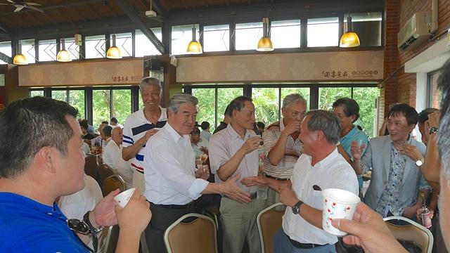 29理事長逐桌向來賓致意.jpg - 蘇澳港、傳藝中心一日遊
