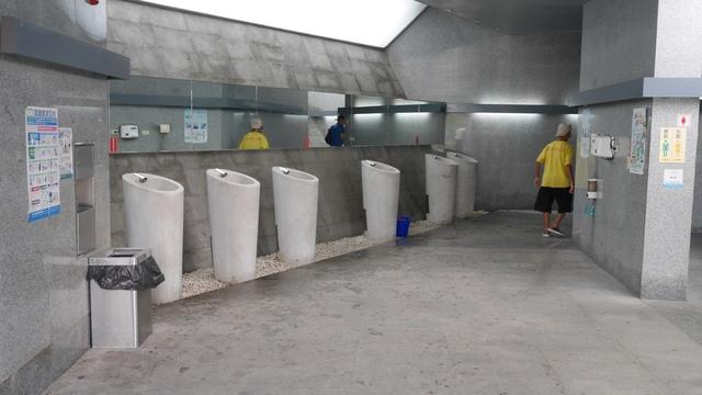 13極具現代感的秋紅谷公共廁所.jpg - 台中秋紅谷