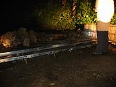 西巒大山:暗夜中,人倫林道上攔住去路的排水溝工程。
