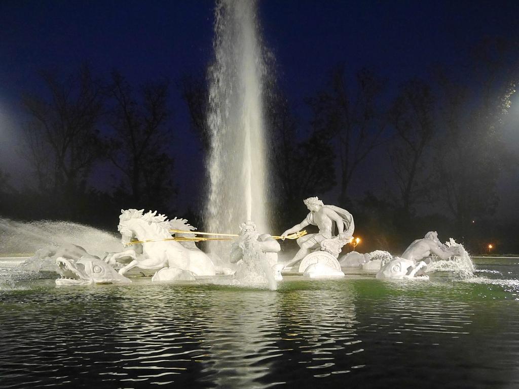 21奇美博物館 太陽神馬車 夜景2噴泉.jpg - 奇美博物館