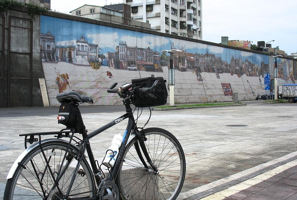 淡水河左右岸單車行:01大稻埕碼頭鑲嵌畫堤防.jpg