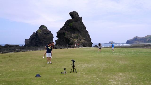 14歡樂拍照的觀光客.jpg - 綠島二日遊