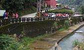 更寮古道土庫岳:一早,隊員沿著舊莊路向步道口集結,一旁是大坑溪。