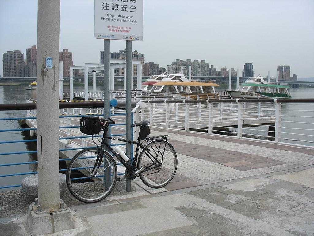 淡水河左右岸單車行:02空無一人的遊艇碼頭對岸為新北市三重區.jpg