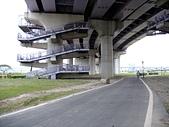 大漢溪河濱單車道:重翠橋的單車引道