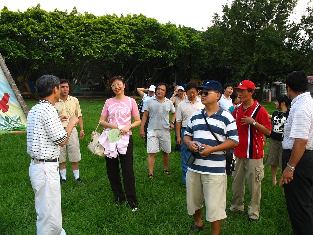 07楊權橧為同學介紹嘉義農場的湖光山色3.JPG - 入校三十週年慶