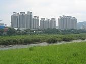 台北河濱公園單車道:新店溪左岸09美何市社區.jpg