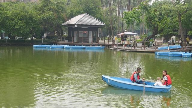 37悠遊湖中的小船2.jpg - 台中公園 砲台山