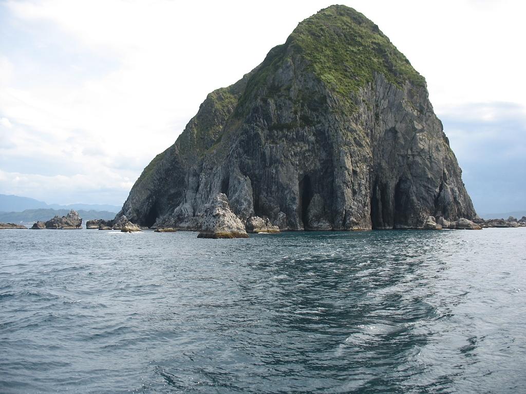 基隆嶼之遊:20基隆嶼北面的海蝕洞穴.jpg