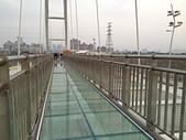 新月橋夜拍:11天空步道口猶豫的遊客.jpg