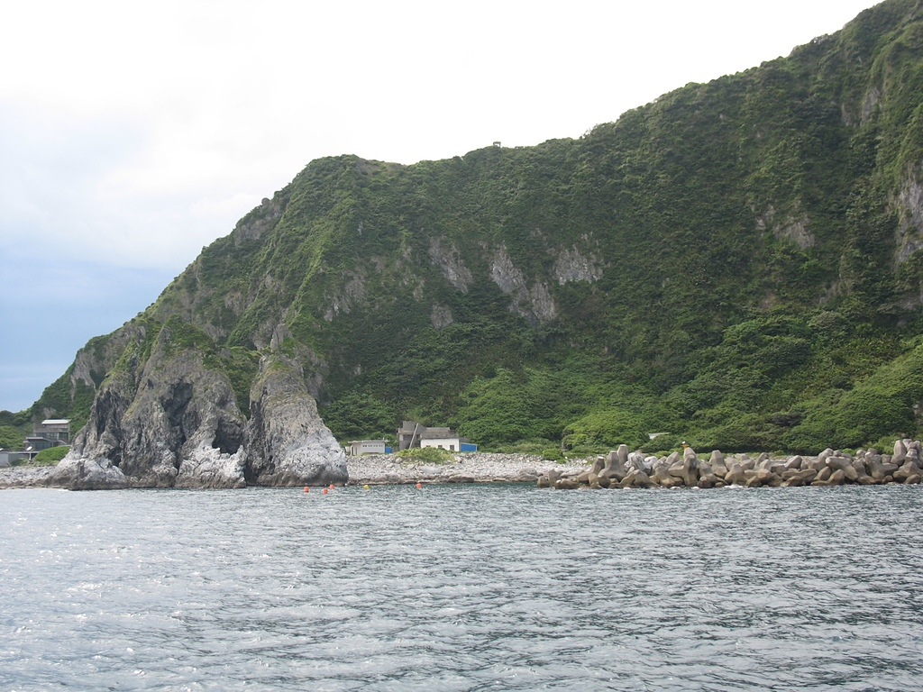 基隆嶼之遊:21基隆嶼東面的營房及碼頭.jpg