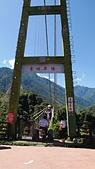 東埔溫泉Long Stay:東埔吊橋騎機車過橋的阿貝.jpg