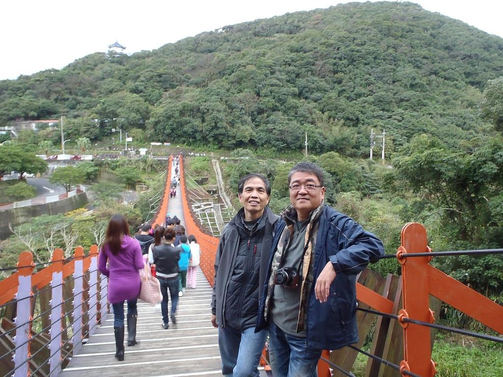 2013登山尾牙宴:百石湖吊橋合影2.jpg