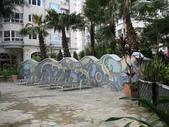 西班牙水花園夜拍:區隔泳池與泡湯區的造型圍牆