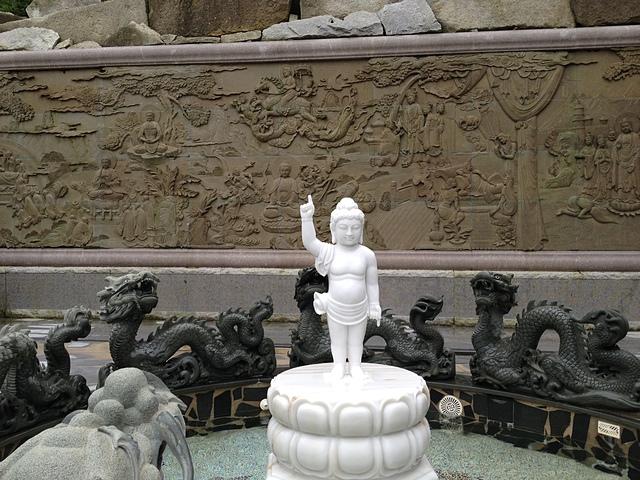 海印寺後方噴水池的世尊雕像 - 金門太武山