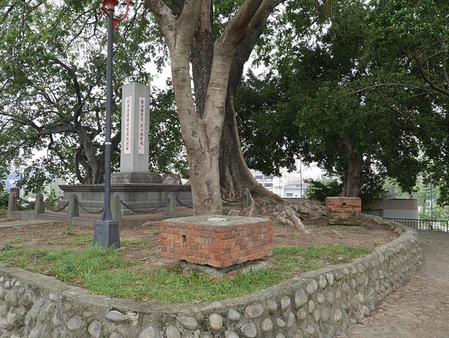16砲台山抗日忠勇將士民眾紀念碑及三等點.jpg - 台中公園 砲台山