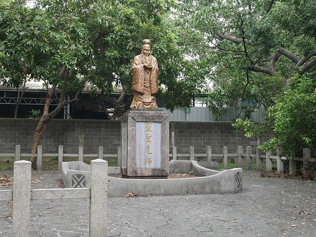 31至聖先師孔子雕像.jpg - 台中公園 砲台山