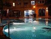 西班牙水花園夜拍:水花園中庭泳池.jpg