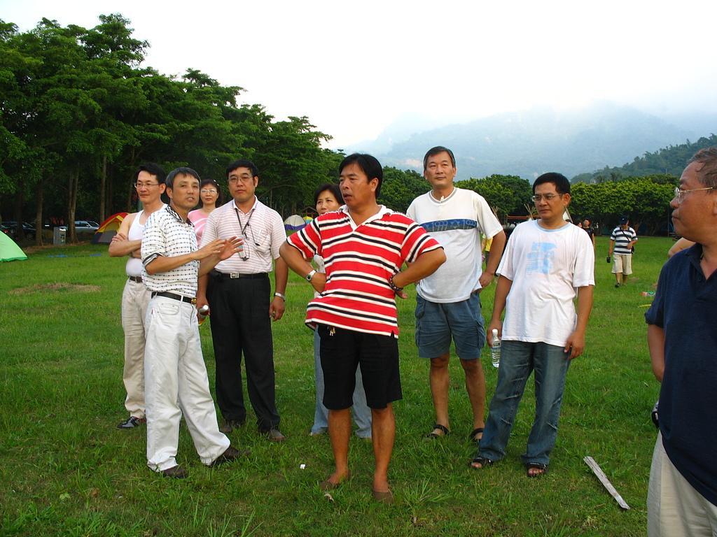 07楊權橧為同學介紹嘉義農場的湖光山色.JPG - 入校三十週年慶