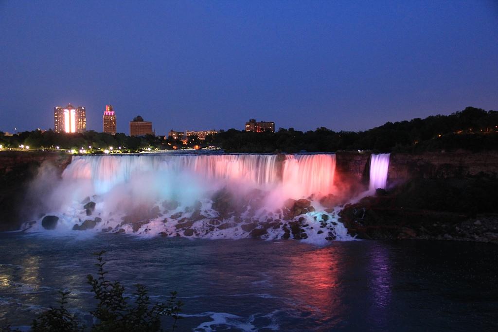 尼加拉大瀑布:25燈光秀美國瀑布1.jpg