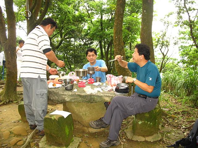 13桐花林中的午餐.jpg - 20070427土城桐花月天上山五城山