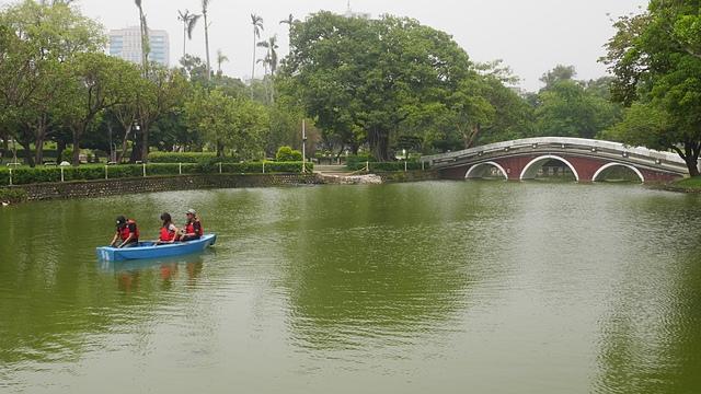 37悠遊湖中的小船.jpg - 台中公園 砲台山