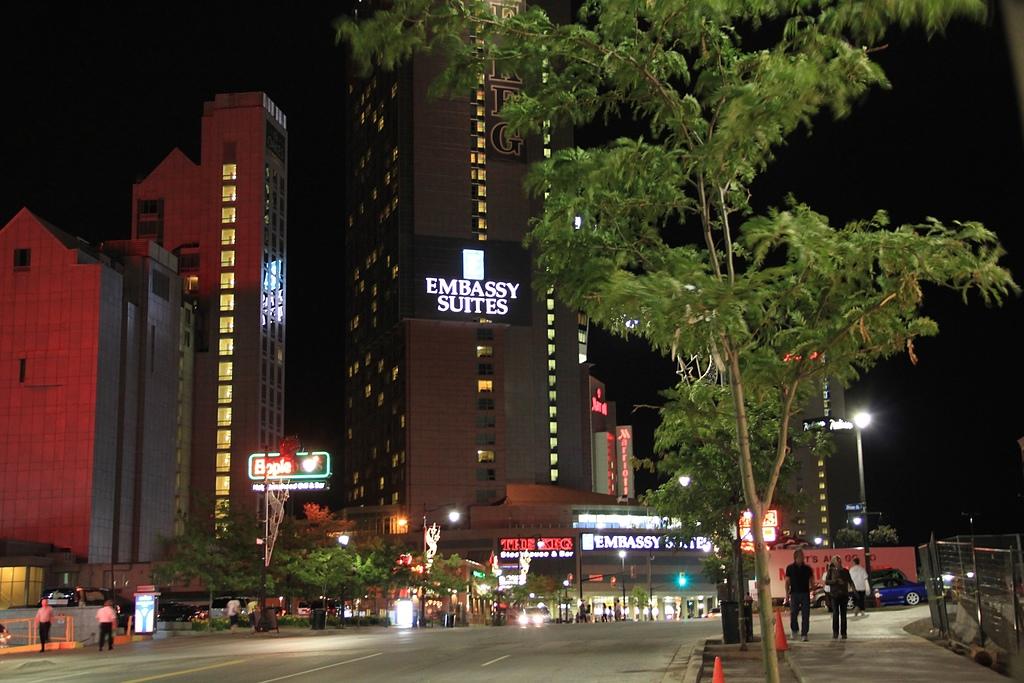 尼加拉大瀑布:23尼加拉市區夜景2(大使套房飯店)Embassy Suites.jpg