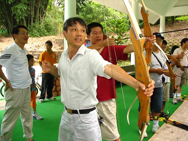 32射箭 楊權橧示範技巧.JPG - 入校三十週年慶
