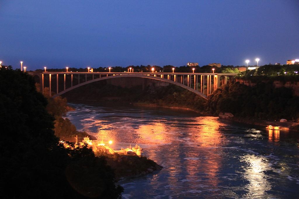 尼加拉大瀑布:27燈光秀彩虹橋夜景.jpg