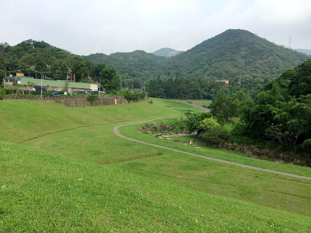 大溝溪親水公園、圓覺寺步道:綠草如茵的大溝溪親水公園