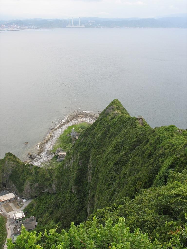 基隆嶼之遊:47回望步道涼亭及島南雷達站2.jpg