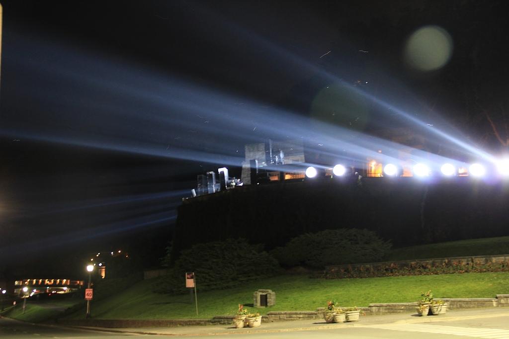 尼加拉大瀑布:24燈光秀上演中.jpg
