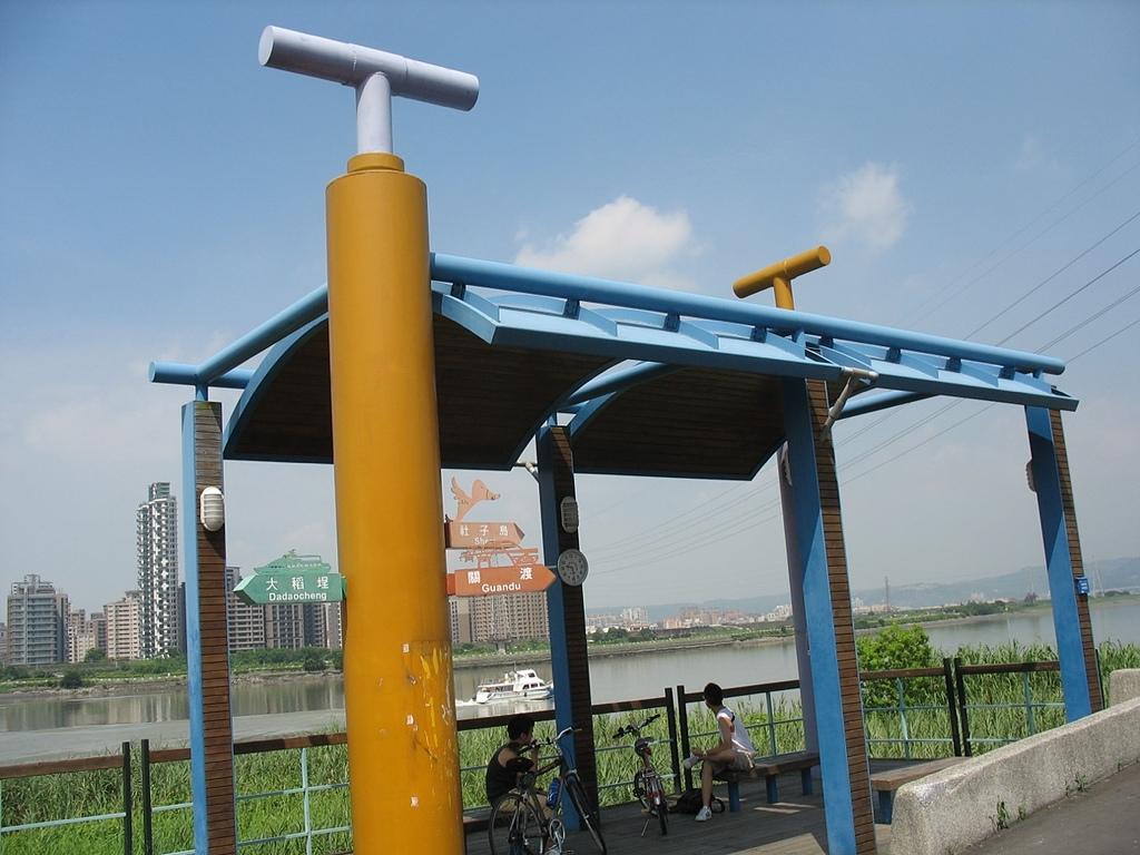 社子島基隆河單車行:特殊造型的涼亭