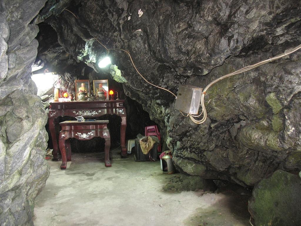 基隆嶼之遊:52位於洞穴中的土地公像.jpg
