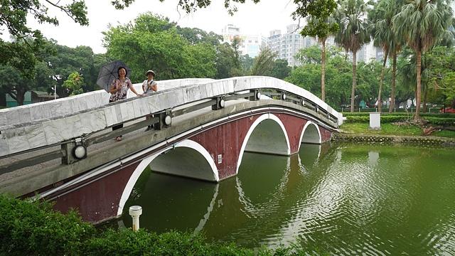 34古樸的水泥拱橋.jpg - 台中公園 砲台山