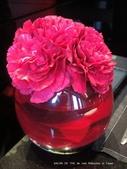 SALON DE THE de Joel Robuchon :每個桌上都有的花瓶裝飾,連色系都那麼配.JPG