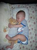 可愛的小外甥-方豪豪:抱著happy(小玩偶的名字)睡覺