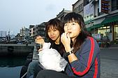 20070405-08小琉球、高雄:坐在碼頭吃東西,一派悠閒