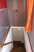 20090209鹽水蜂炮+新營+柳營:走上二樓的樓梯,房間是木質地板,還有對外窗,很明亮