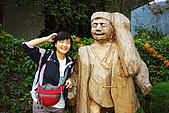 20071229-20080101台東:傻笑的阿娟與木雕,背後其實是一頭山豬
