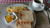 20171004-1011_Anilao Part I:超喜歡這裏的Omelet,土司吃不完我就會打包帶走,當潛完水中間休息時的小點,拿鐵好喝,每天都會喝