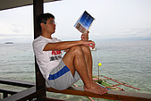 "20080425Moalboal - 20080502:陽臺前就是大海的房間,一晚只要36美元,阿星悠閒地看著一本叫""不去會死""的書"