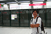 20080406-08小琉球:高捷月台都有全罩式玻璃門隔開